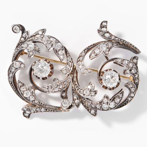 DIAMANT BROSCHE 钻石胸针  19世纪末,已修改。银、红和黄金。花卉作品,有2颗约1克拉的老式切割钻石和小钻石。胸针较新。5x3厘米,16,2克。