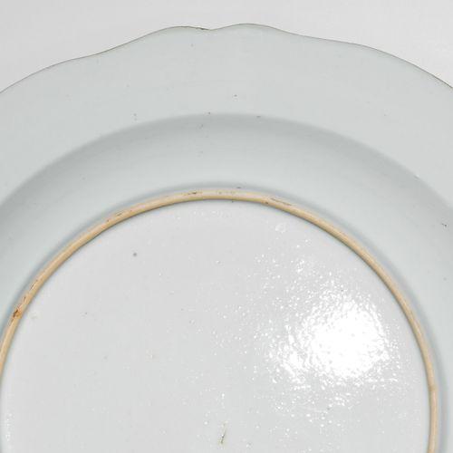 1 Paar Teller 1对盘子  中国,约1800年。 瓷器。印度公司。法米勒玫瑰花纹装饰。D 23厘米。 发际线裂缝。损坏的。