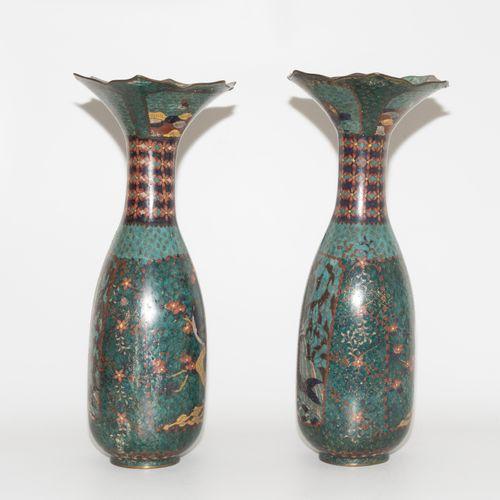 1 Paar Vasen 1对花瓶  日本,20世纪上半叶。 珐琅彩景泰蓝。狭窄的卵形体,有长的波浪形的喇叭口。描绘了鸟类和鲤鱼跳上瀑布的情景。高49厘米。 损…