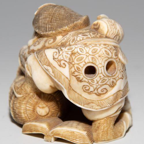 NETSUKE Netsuke  Japon, vers 1900. Ivoire. Signé Ryôgen. Représentation du dieu …