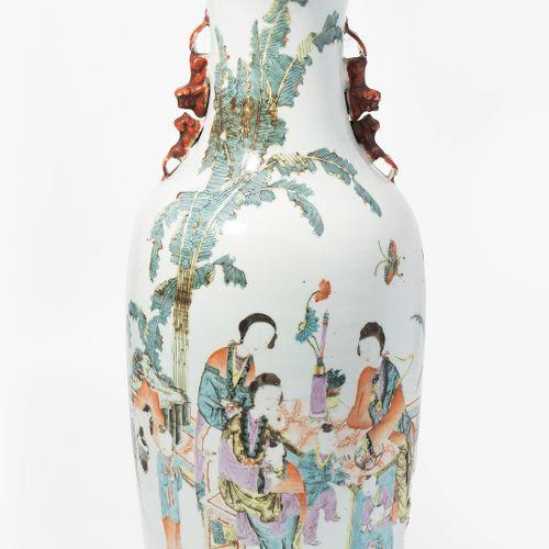 Bodenvase Vase de sol  Chine, c. 1900, porcelaine. Poignée de lion sur le côté. …