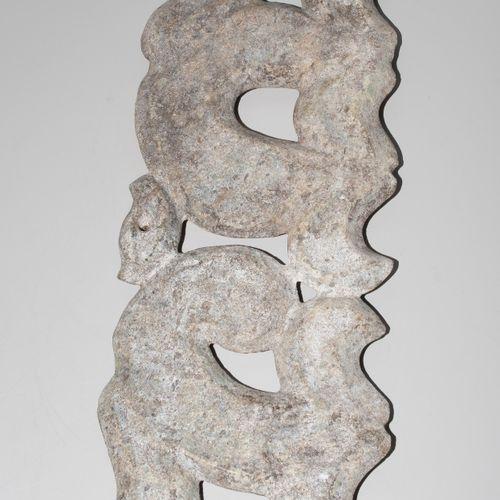 Grosses Ornament 大型装饰品  中国。玉质,强烈钙化。以春秋时代的年画风格。镂空的龙和凤的图案。长39厘米。