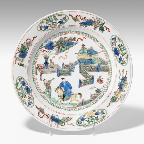Teller 碟子  中国,18世纪 瓷器。釉下青花丁字纹,双圈。在Famille verte的调色板上的人物场景。D 22,5 cm。 略有损坏。