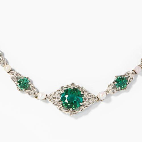 Turmalin Perlen Diamant Collier 碧玺珍珠钻石项链  铂金/白金。1颗9毫米绿碧玺,4颗小绿碧玺,每颗约4/3毫米,6颗珍珠和钻石…