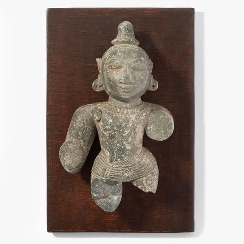 Figurenfragment 图 片段  印度中部。灰色的石板。高22厘米。安装在一块木板上。27,5x18厘米。