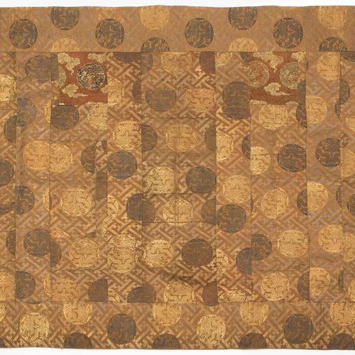 Textilie 纺织品  日本,19世纪。 丝织品,部分使用金兰金线。可能是KESA服装的一部分。小块的织物拼在一起。几何图案上的龙形奖章。191x101.1…