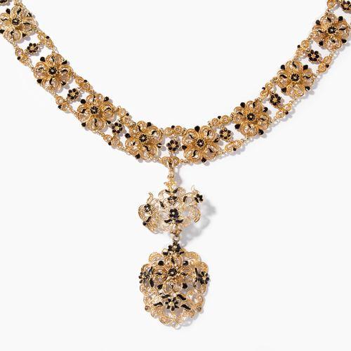 Email Anhänger Collier 搪瓷吊坠项链  可能是瑞士,18世纪。 黄金。丝状物,部分有黑色珐琅装饰。坠子有缺失部分。带扩展件。长32厘米,重…