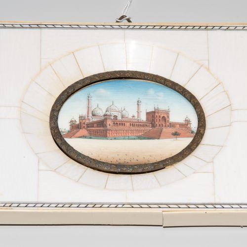 Lot: 4 Miniaturen 拍品:4个迷你模型  印度,19世纪末,象牙上不透明的颜料。德里的库特布 米纳尔尖塔的纵向视图。三幅以风景形式描绘的宫殿。用…