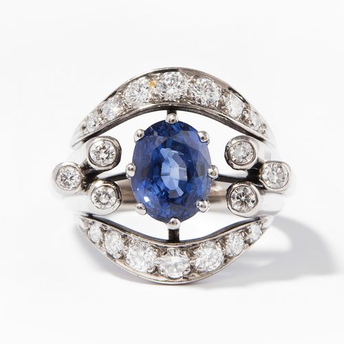 SAPHIR BRILLANT RING 蓝宝石钻石戒指  750白金。椭圆面。蓝宝石约2.40克拉和20颗钻石。尺寸52,9.5克。