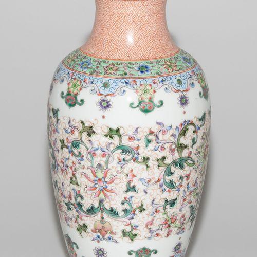 Vase Vase  Chine, 20ème siècle. Porcelaine. Marque Qianlong rouge fer. Forme de …