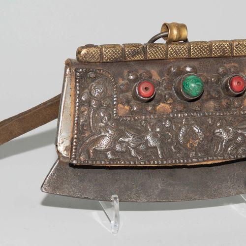 Lot: 4 Feuersteintaschen Lot : 4 sacs de silex  Le Tibet. Cuir avec des montures…