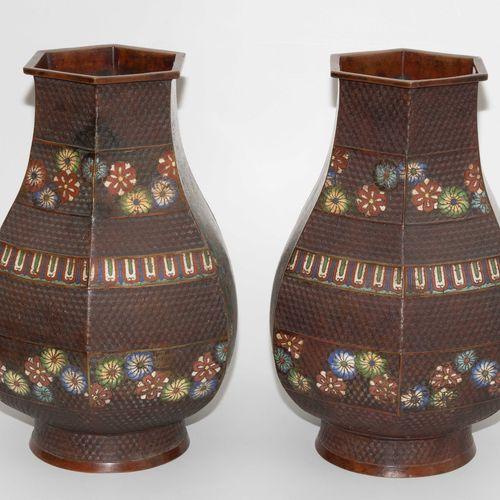 1 Paar Vasen 1对花瓶  日本,19世纪,青铜。签署了松永。六角形的容器。玳瑁图案装饰的浮雕地面上的多色珐琅彩花纹奖章。绿松石蓝色背景上的两块面板上…