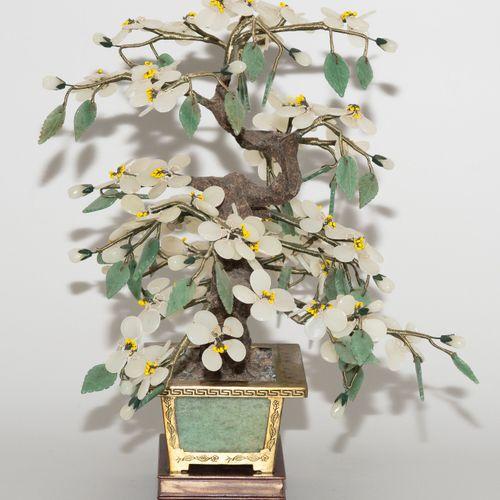 Lot: 3 Zierbäume 地段:3棵观赏性树木  中国,20世纪。 各种半宝石的花朵和叶子,如玉石、青石和玛瑙。掐丝珐琅壶,黄铜,玉石面板。安装在一个木…
