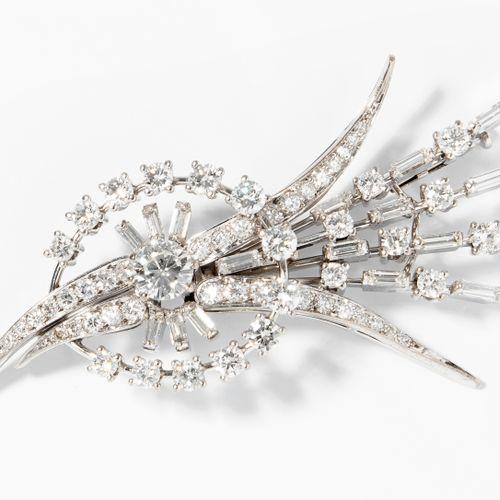 DIAMANT BROSCHE 钻石胸针  Baltensperger.750白金。时尚的花朵造型,镶嵌了1颗约0.55克拉的明亮型切割钻石和众多的钻石长方形和…