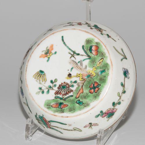 Deckeltopf 有盖锅  中国,约1900年,瓷器。鼓形器皿,有四个把手,用粉彩绘有花卉、燕子和昆虫的装饰。高16,5厘米。 旋钮丢失。