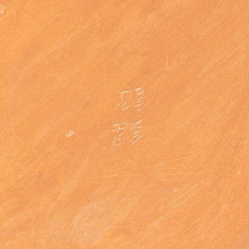 Yixing Vase 宜兴花瓶  中国。栏杆形式。底部有签名的国字。菊花上刻画的鸟,以及标题、日期和签名。高44厘米。