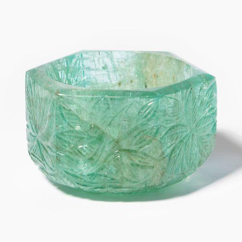 Smaragd Gefäss 绿宝石容器  印度,莫卧儿王朝后期。六面墙,里面是圆形的中空。花卉和叶子的装饰。高3,长5厘米,重约81.5克。 边缘处磨损极小。