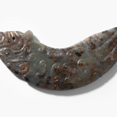 Huang 黄晓明  中国,19/20世纪。 灰色玉石,有黑色和棕色斑点。在一个神话中的生物的形状。长11.5厘米。