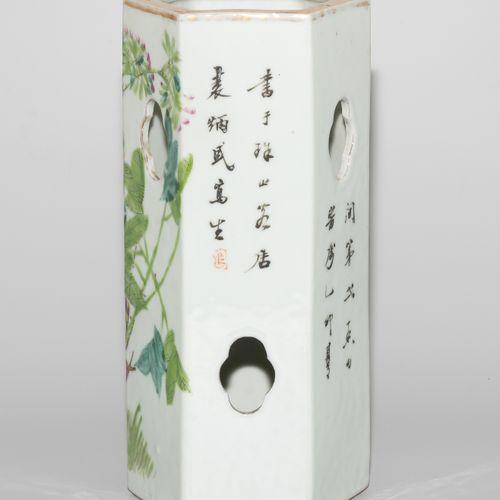 Hutständer Porte chapeaux  Chine, début du 20e siècle. Porcelaine. Marque à quat…