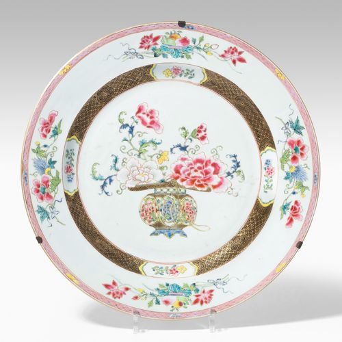 Platte 碟子  中国,19世纪,瓷器。鲜花装饰是玫瑰家族的颜色。D 40厘米。有固定的金属吊架。