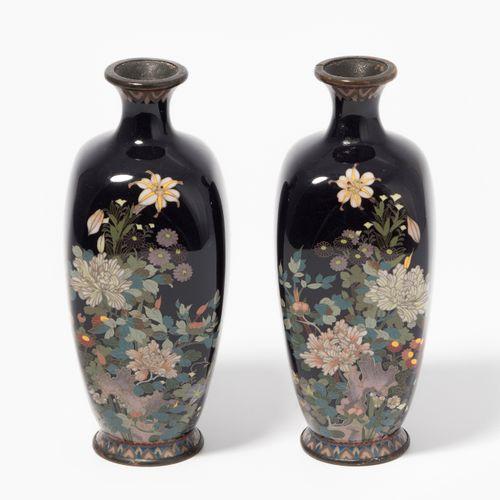 1 Paar Vasen 1对花瓶  日本,明治时期。搪瓷景泰蓝。饰以黑底多色菊花。高12,5厘米。 损坏的。