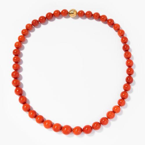 Korallen Collier 珊瑚项链  750黄金。红珊瑚球10 14毫米。缎面处理的镶钻球扣。长52厘米,重94.6克。