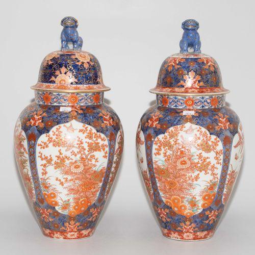 1 Paar Deckelvasen 1 paire de vases à couvercle  Japon, c. 1900. Porcelaine. Fuk…