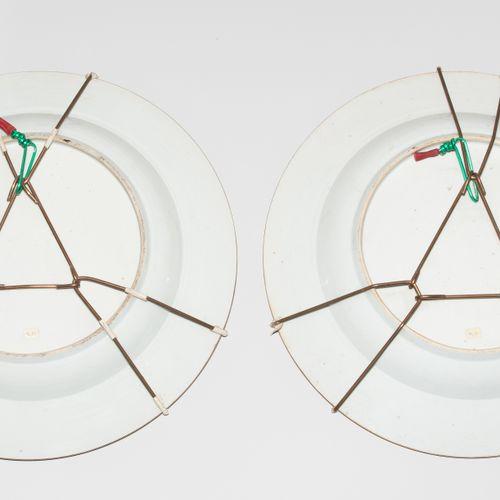 1 Paar Platten 1对盘子  中国,20世纪的瓷器。以Companie des Indes的风格。多色装饰,有两只玩耍的狮子在镜子里。在一面旗帜上装…