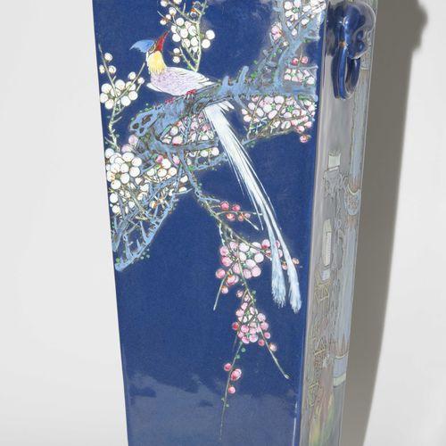 Vase Vase  Chine, 20ème siècle. Porcelaine. Forme carrée avec deux anses en form…