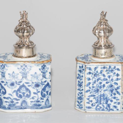 2 Teedosen 2个茶杯  中国,19世纪,瓷器。釉下青花装饰。长方形,有斜角。高10英尺,宽10.5英尺。 损坏的。雕刻的银制盖子上有荷兰进口的标记。跪…