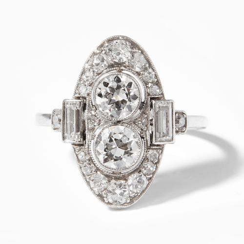 DIAMANT RING 钻石戒指  装饰艺术。铂金。盾形的精美戒指,镶嵌了2颗约1克拉的钻石,2颗长方形的钻石和约0.40克拉的小钻石。尺寸53,4.3克。