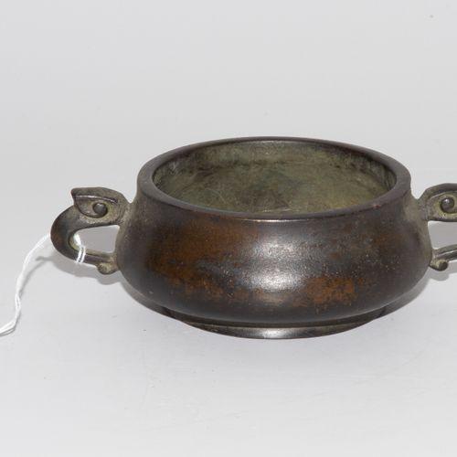 Räuchergefäss 香炉  中国,可能是晚清时期。青铜,深色烧制。签名:bing zi mengqiu mu yan fu fang xuan。压制的圆…