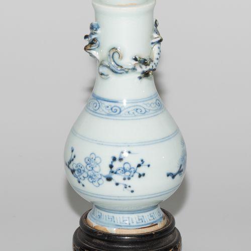 Kleine Vase 小花瓶  中国。瓷器。明朝的风格。釉里红的松树、竹子和梅花装饰。脖子上有两条完全雕刻的龙。高15厘米。有木质支架。 边缘有轻微的擦伤。