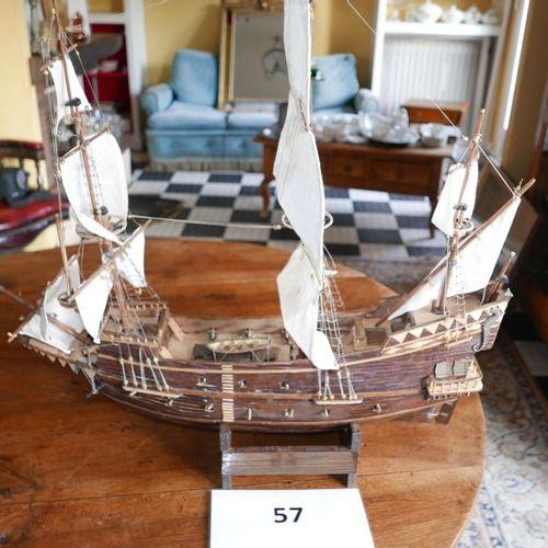 Un autre navire de guerre trois mats, avec côté gauche ouvert.