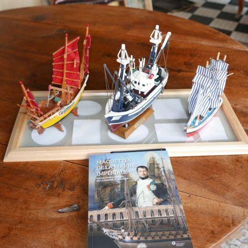 Un lot de deux maquettes embouteillées, de trois maquettes, dont un chalutier Jo…