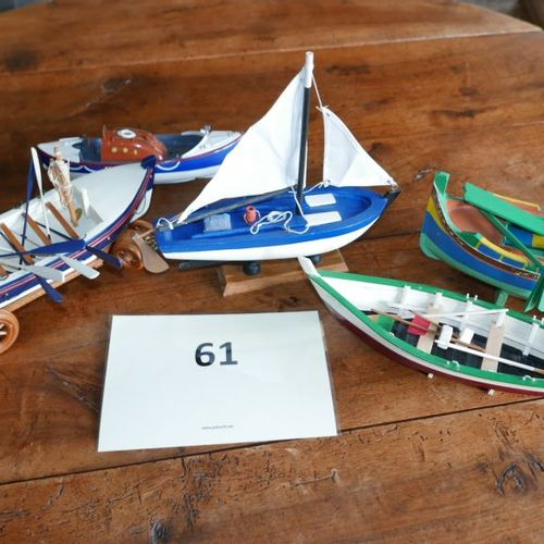 Un lot de maquettes de cinq barques diverses.