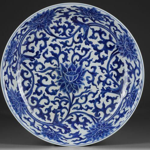 A LARGE CHINESE BLUE AND WHITE 'LOTUS' DISH, KANGXI MARK,19TH CENTURY The interi…