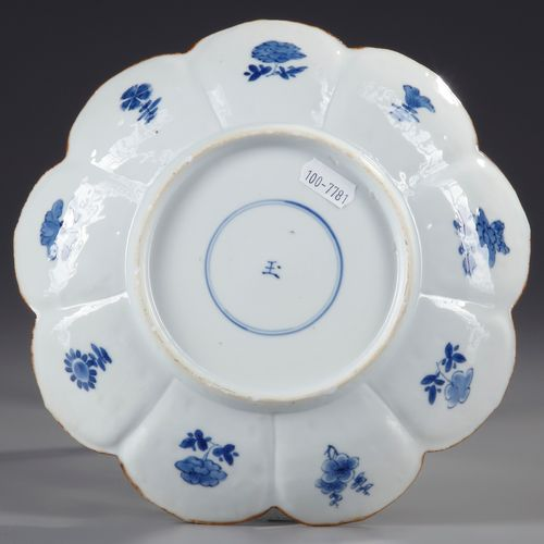 A CHINESE BLUE AND WHITE 'LOTUS' DISHE, KANGXI PERIOD (1662 1722) With a rim div…