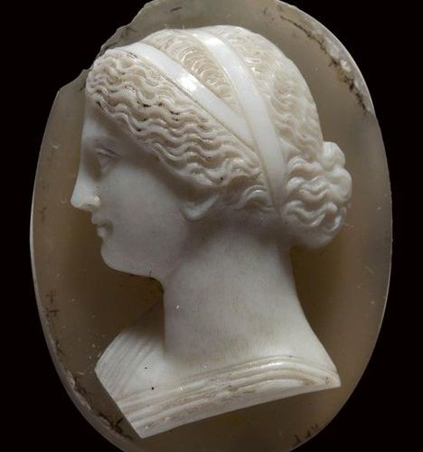 A neoclassical agate cameo. Bust of a Niobid. End of 18th century Beginning of 1…