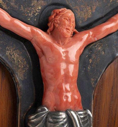Corpus Christi in corallo Momo o Cerasuolo scolpito (Corallium Elatius) con peri…