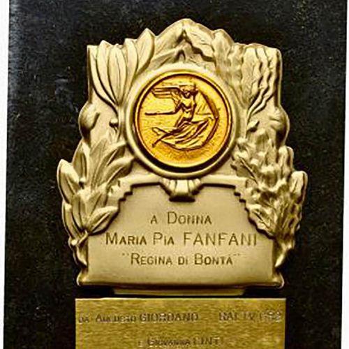 """Placca da tavolo 1986 a Donna Maria Pia Fanfani """"Regina di Bontà"""" da Augusto Gio…"""