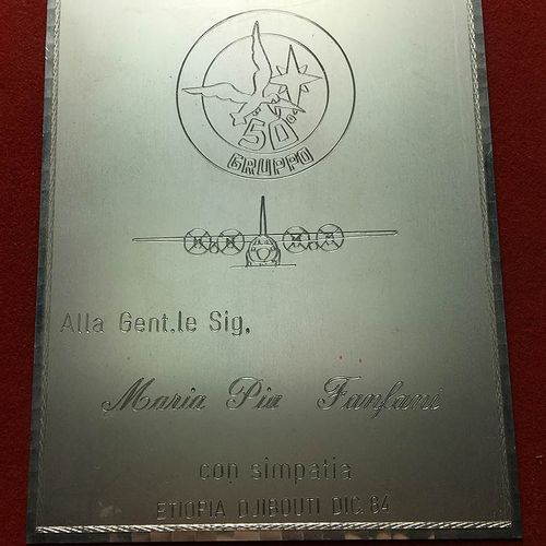 "Placca da tavolo 1984 ""Alla Gent.Le Sig.Ra Maria Pia Fanfani con simpatia Etiopi…"