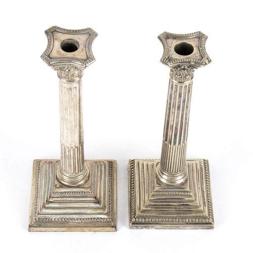 Paire de chandeliers anglais en métal argenté ca. 1900 Colonne néoclassique sur …