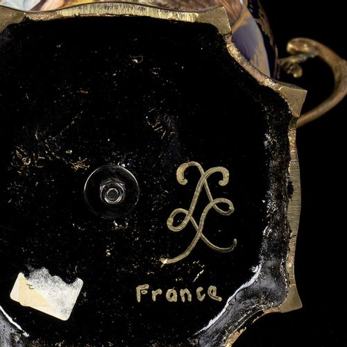 SÈVRES (dans le style de) Couple de potiche, XXème siècle Porcelaine, h. 44 cm P…