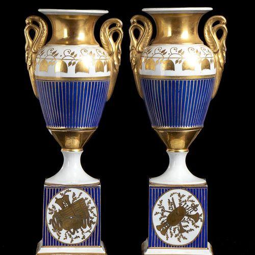 SÈVRES (dans le style de) Potiches 36 x 14 x 10 cm Deux potiches, style Sèvres B…