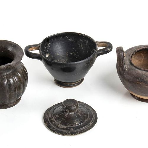 GRUPPO DI QUATTRO FORME CERAMICHE A VERNICE NERA IV III secolo a.C. Alt. Massima…