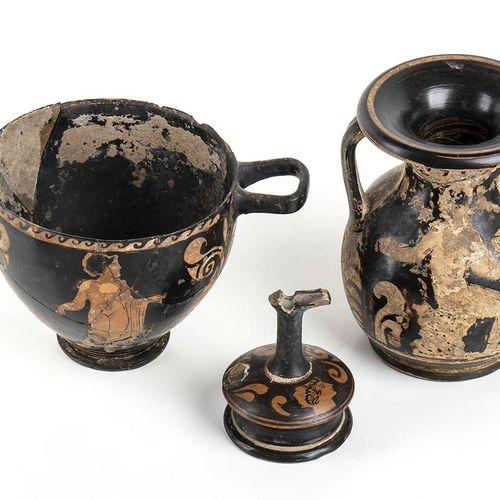 GRUPPO DI TRE VASI A FIGURE ROSSE Italia meridionale, IV secolo a.C. Alt. Massim…