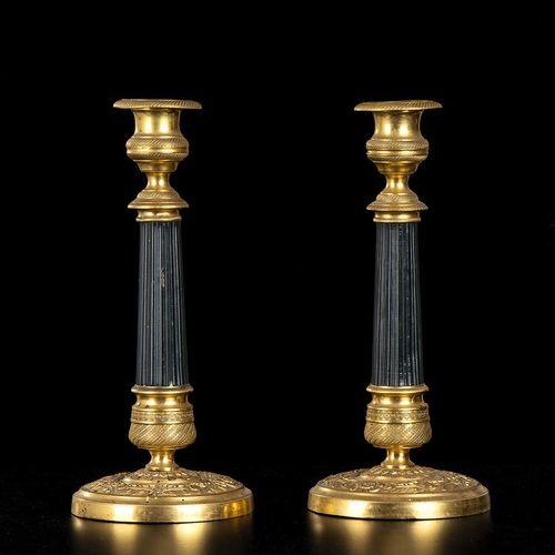 STYLE EMPIRE Paire de chandeliers Métal doré et peint, h 27 cm Paire de chandeli…
