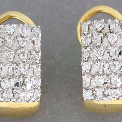 Paire de boucles d'oreilles en or ornées de diamants trapèzes et de brillants. P…