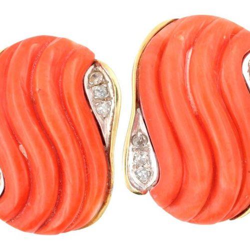 Paire de clips d'oreilles en or 9 Kt centrée d'un motif strié de corail et de br…